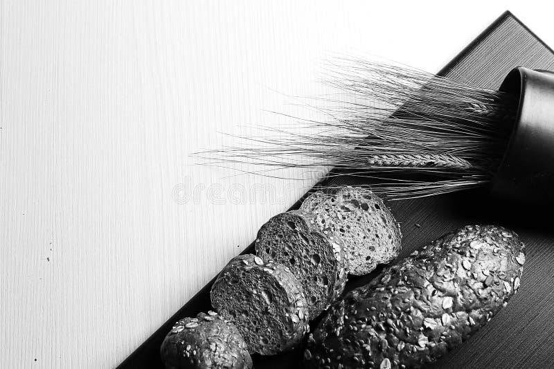 Pão cozido fresco com as orelhas do trigo Amarelo do trigo O café da manhã é imagens de stock