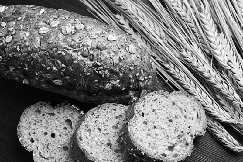 Pão cozido fresco com as orelhas do trigo Amarelo do trigo O café da manhã é fotografia de stock