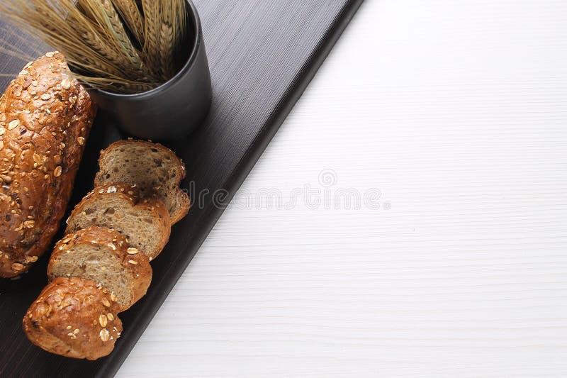 Pão cozido fresco com as orelhas do trigo Amarelo do trigo O café da manhã é fotos de stock royalty free