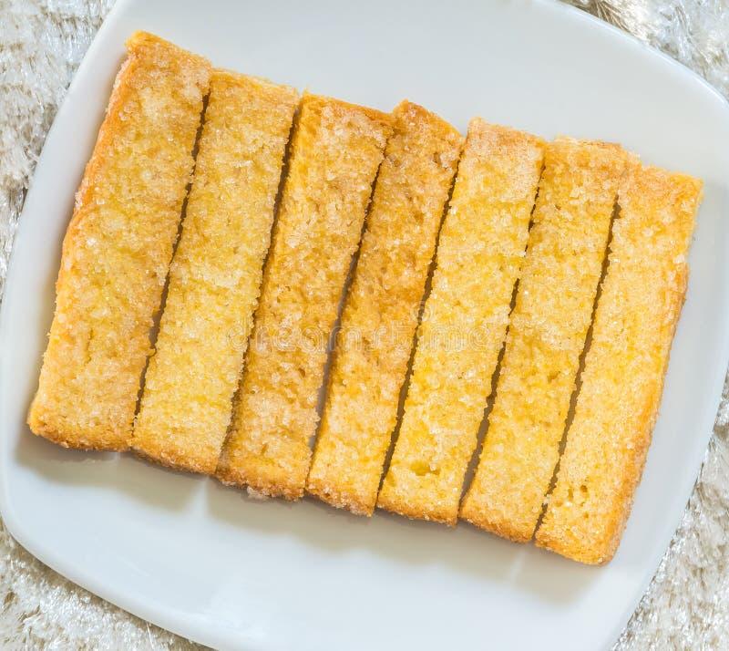 Pão cozido posto manteiga e polvilhado com os grânulo do açúcar fotos de stock