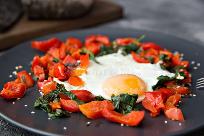 P?o cozinhado salada dos vegetais do ovo frito do caf? da manh? com alimento saud?vel da tinta dos chocos fotos de stock royalty free