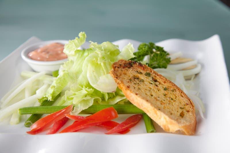 Pão da salada na placa pronta para servir imagens de stock royalty free