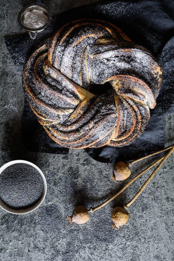 Pão da trança da semente de papoila enchido com açúcar pulverizado foto de stock royalty free