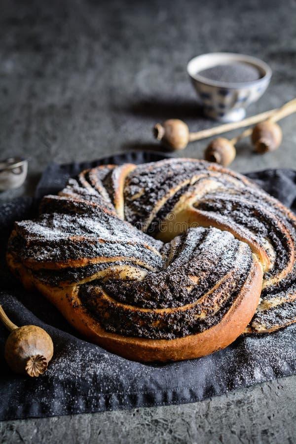 Pão da trança da semente de papoila enchido com açúcar pulverizado fotos de stock royalty free