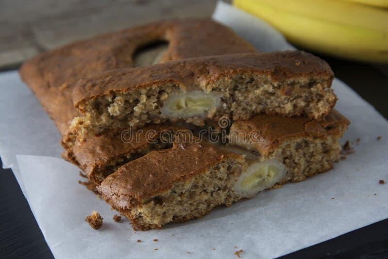 Pão de banana com farinha da aveia Vista superior do pão de banana caseiro no fundo de madeira Ideias e receitas para o café da m foto de stock