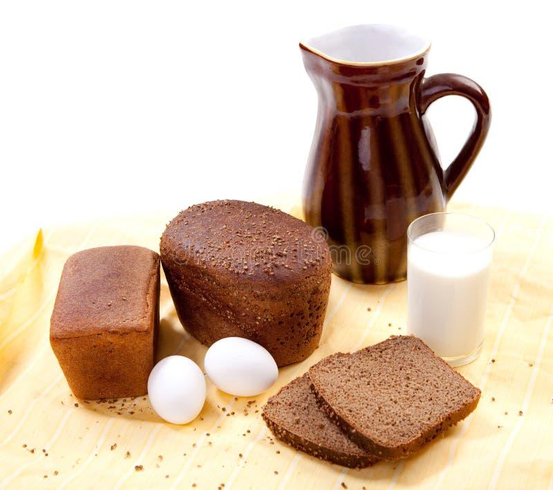 Pão de Brown com leite imagens de stock royalty free