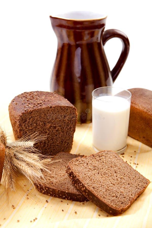 Pão de Brown com leite foto de stock royalty free