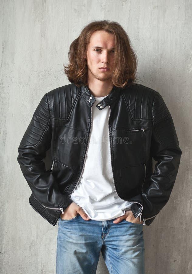 Pão de cabelos compridos novo com a cerda imponentemente na pose imagem de stock
