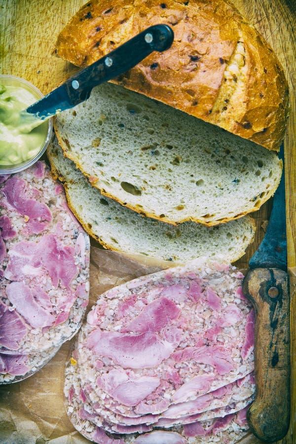Pão de cebola com gelatina de porco e mostarda fotos de stock