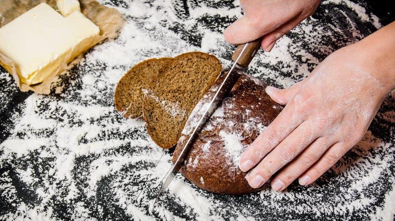 Pão de centeio cortado a bordo com farinha imagens de stock royalty free