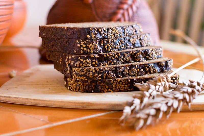 Pão de centeio cortado na foto de stock royalty free