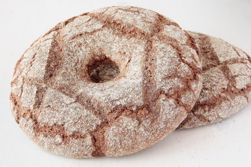 Pão de centeio da vila na forma de um círculo com um furo imagens de stock royalty free