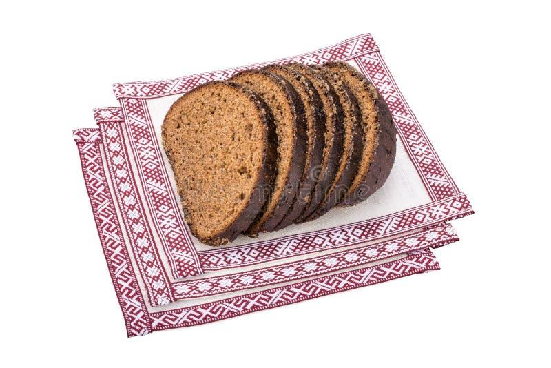 Pão de centeio letão nas toalhas de mesa nacionais fotos de stock