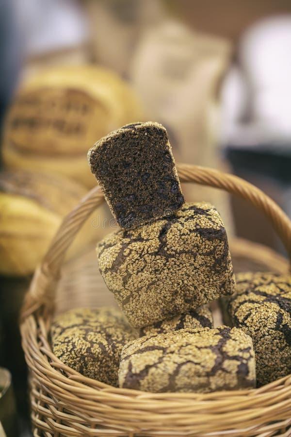 Pão de centeio orgânico com cereais em uma cesta, cozida no forno rústico imagem de stock