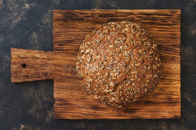 Pão de centeio redondo polvilhado com as sementes de girassol fotografia de stock