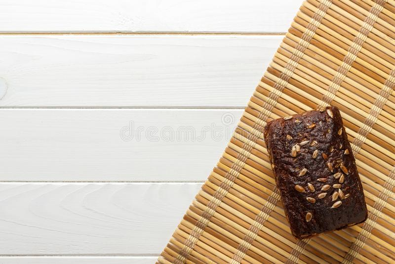 Pão de centeio tradicional com as sementes, cozidas no forno do tijolo Saudável e completo do sabor fotografia de stock royalty free