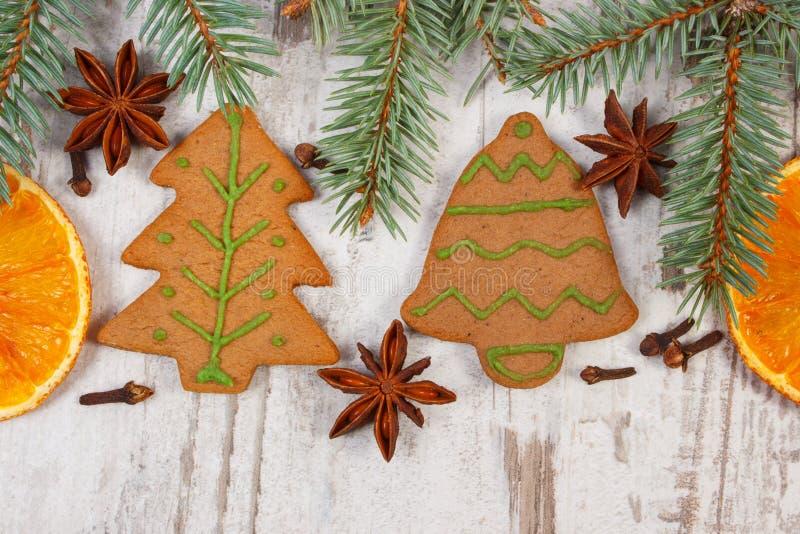 Pão-de-espécie decorado, ramos spruce, especiarias no fundo de madeira velho, decoração do Natal imagem de stock