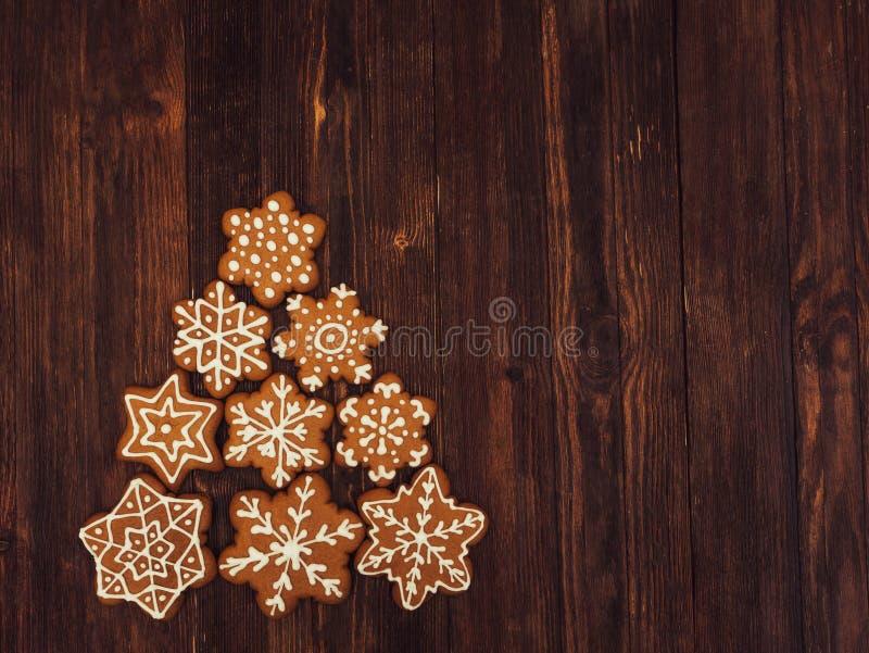 Pão-de-espécie do ano novo feliz e do Feliz Natal em para cortejar o fundo Cozimento do Natal Fazendo biscoitos do Natal do pão-d imagem de stock