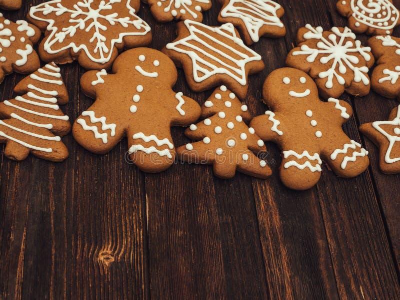 Pão-de-espécie do ano novo feliz e do Feliz Natal no fundo de madeira Cozimento do Natal Fazendo biscoitos do Natal do pão-de-esp fotografia de stock royalty free