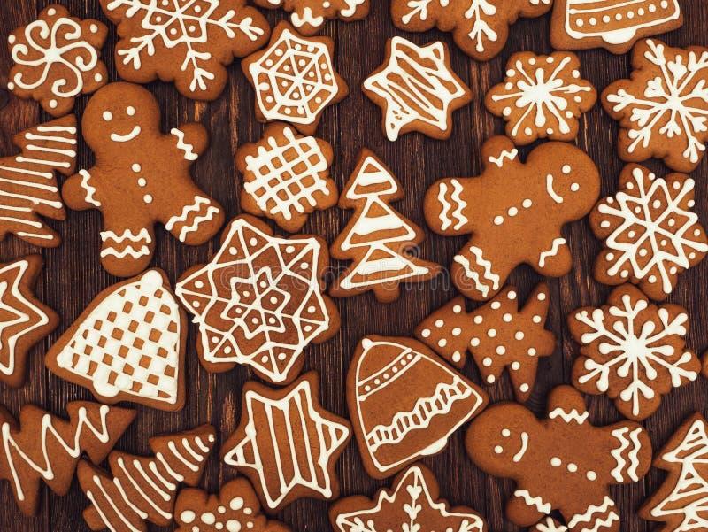 Pão-de-espécie do ano novo feliz e do Feliz Natal no fundo de madeira Cozimento do Natal Fazendo biscoitos do Natal do pão-de-esp imagens de stock royalty free