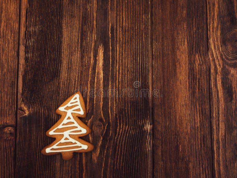 Pão-de-espécie do ano novo feliz e do Feliz Natal no fundo de madeira Cozimento do Natal Fazendo biscoitos do Natal do pão-de-esp foto de stock