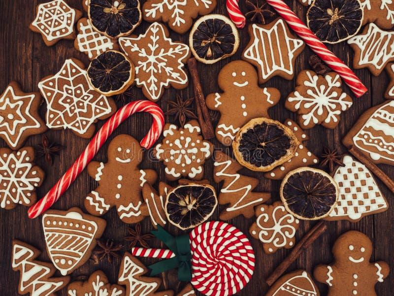 Pão-de-espécie do ano novo feliz e do Feliz Natal no fundo de madeira Cozimento do Natal Fazendo biscoitos do Natal do pão-de-esp foto de stock royalty free