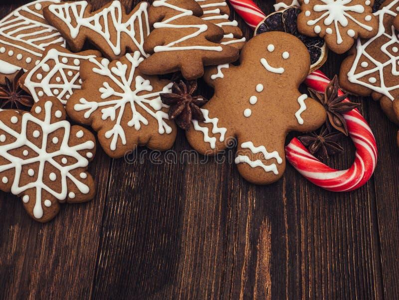 Pão-de-espécie do ano novo feliz e do Feliz Natal no fundo de madeira Cozimento do Natal Fazendo biscoitos do Natal do pão-de-esp fotos de stock royalty free