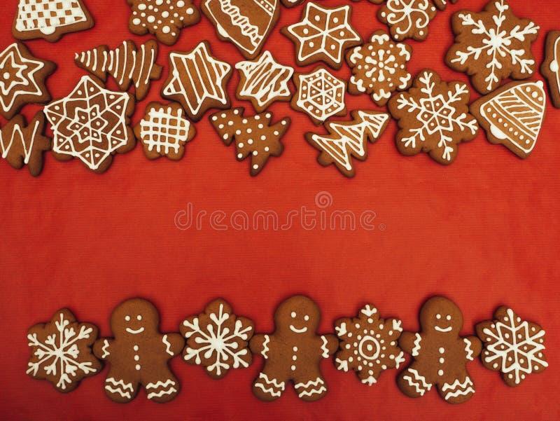 Pão-de-espécie do ano novo feliz e do Feliz Natal no fundo vermelho Cozimento do Natal Fazendo biscoitos do Natal do pão-de-espéc fotografia de stock royalty free