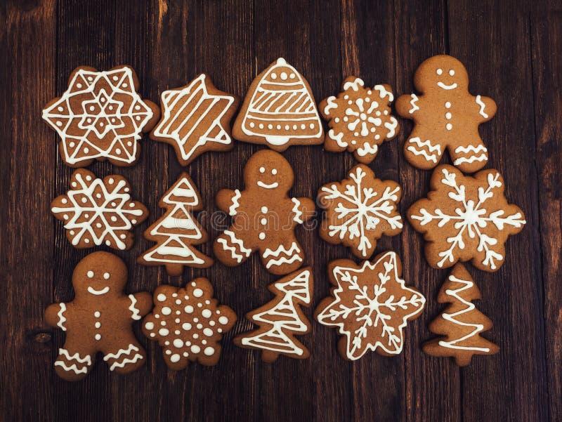 Pão-de-espécie do ano novo feliz e do Feliz Natal no fundo vermelho Cozimento do Natal Fazendo biscoitos do Natal do pão-de-espéc fotografia de stock
