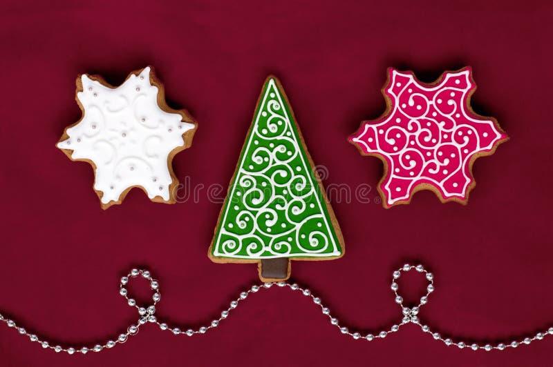 Pão-de-espécie do Natal no fundo vermelho fotografia de stock royalty free