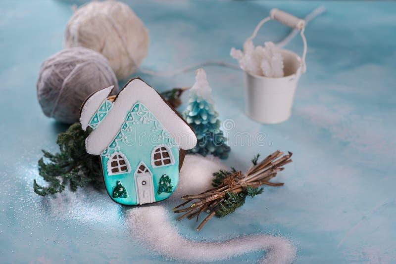 Pão-de-espécie do pão-de-espécie sob a forma da casa decorada turquesa Açúcar e crosta de gelo do açúcar Em um fundo azul imagens de stock royalty free