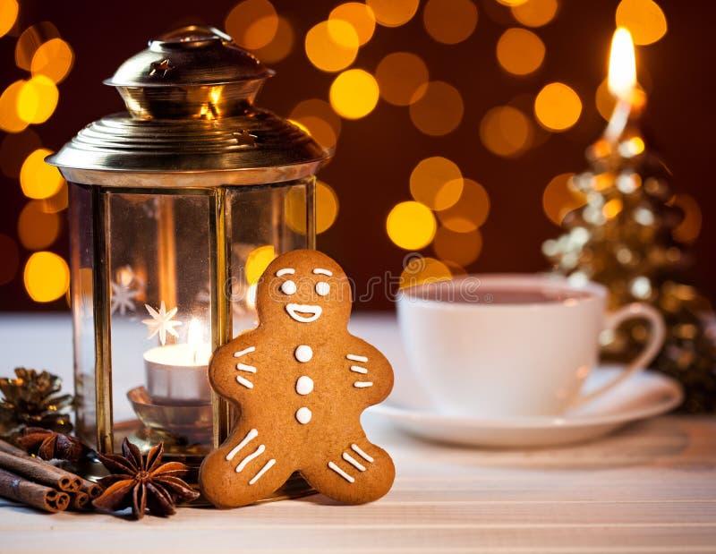 Pão-de-espécie e xícara de café no Natal fotografia de stock