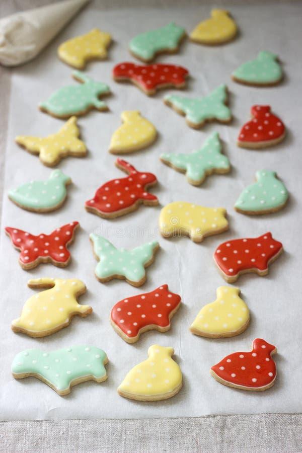 Pão-de-espécie ou cookies de biscoito amanteigado de várias formas, cobertas com a crosta de gelo colorida Mola ou composição do  imagem de stock royalty free
