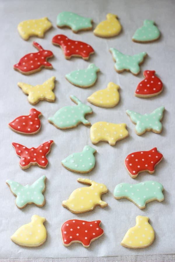 Pão-de-espécie ou cookies de biscoito amanteigado de várias formas, cobertas com a crosta de gelo colorida Mola ou composição do  fotos de stock