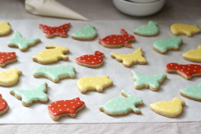 Pão-de-espécie ou cookies de biscoito amanteigado de várias formas, cobertas com a crosta de gelo colorida Mola ou composição do  fotografia de stock royalty free