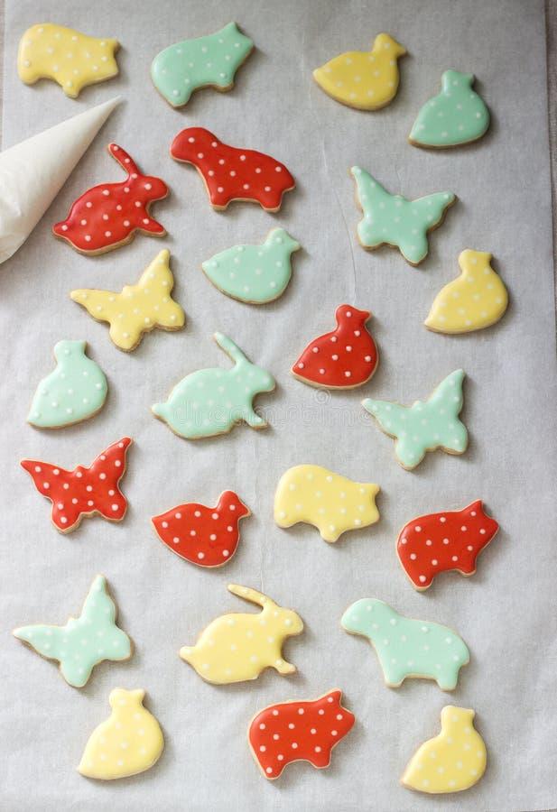 Pão-de-espécie ou cookies de biscoito amanteigado de várias formas, cobertas com a crosta de gelo colorida Mola ou composição do  fotografia de stock
