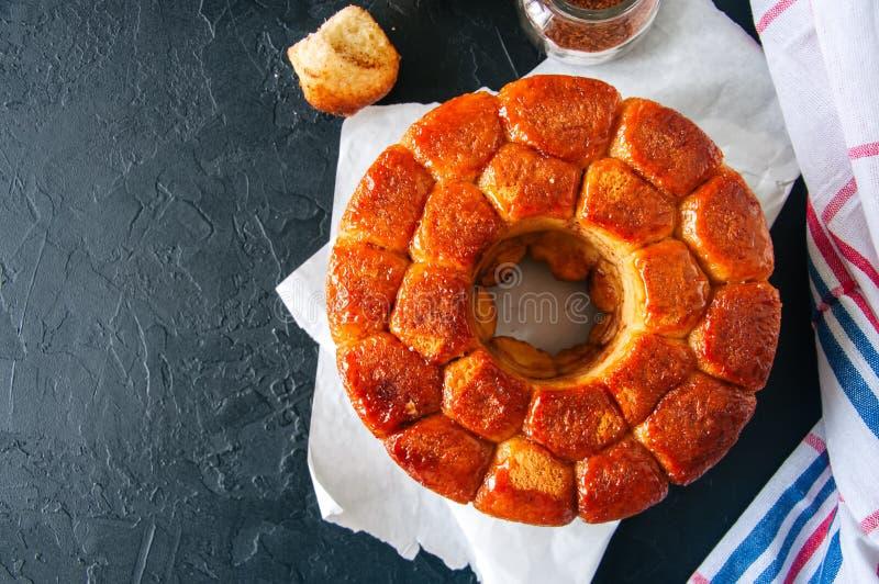 Pão de macaco caseiro do caramelo com entusiasmo do açúcar mascavado e de limão sobre imagem de stock royalty free