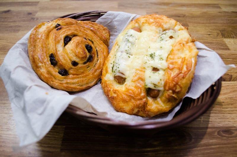 Pão de passa e pão da salsicha foto de stock
