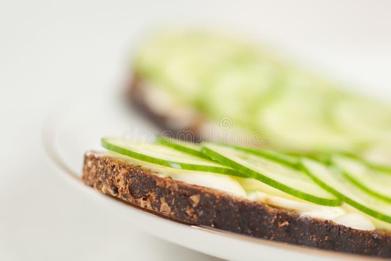 Pão de Rye com pepinos fotografia de stock