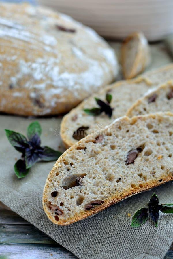 Pão de sourdough do artesão com manjericão e azeitonas imagens de stock royalty free