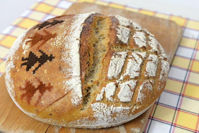 Pão de sourdough recentemente cozido em uma trincheira fotografia de stock
