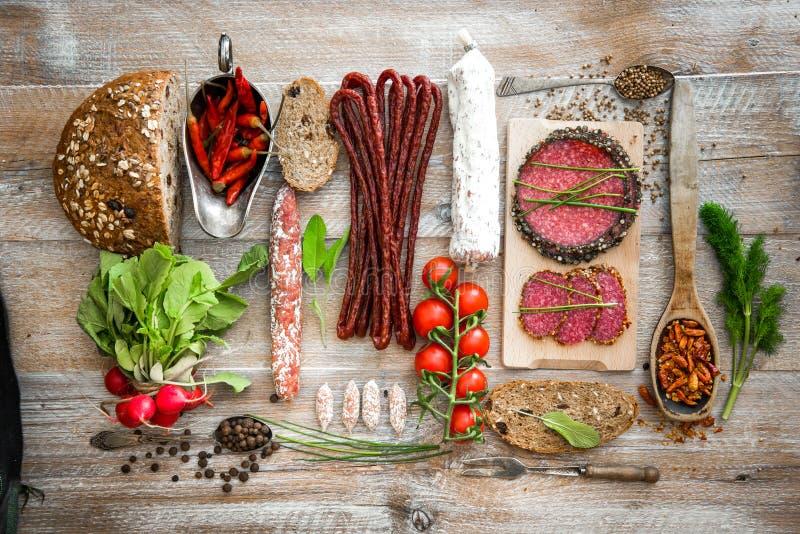 Pão de Wholemeal com as salsichas secadas do salame foto de stock royalty free