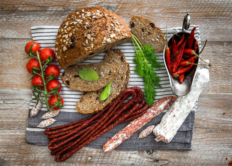Pão de Wholemeal com as salsichas secadas do salame fotografia de stock royalty free