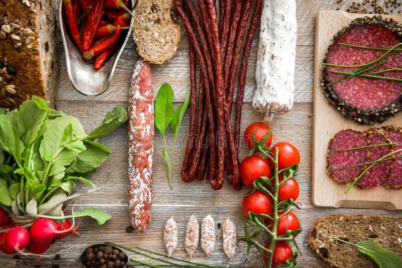 Pão de Wholemeal com as salsichas secadas do salame imagens de stock