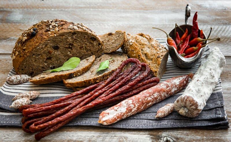 Pão de Wholemeal com salsichas secadas fotos de stock royalty free