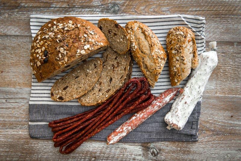 Pão de Wholemeal com salsichas secadas foto de stock