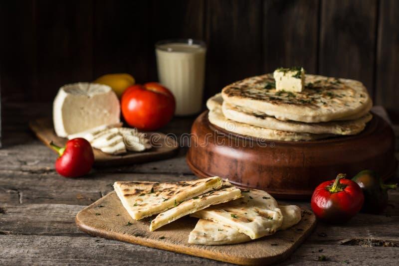 Pão do pão árabe na placa de madeira com queijo de feta e tomates e pimenta ainda vida do alimento Culinária Georgian Alimento es imagem de stock royalty free