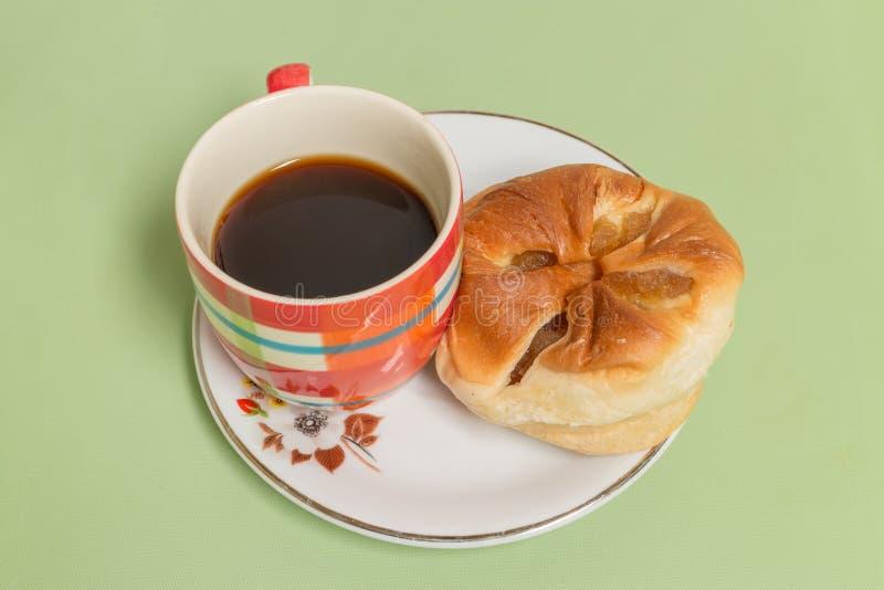 Pão do abacaxi no prato branco com café preto imagem de stock