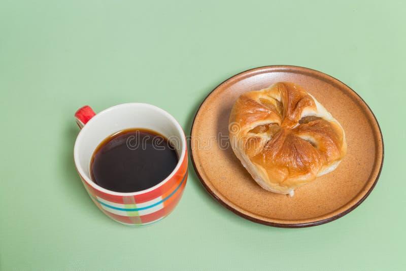 pão do abacaxi no prato marrom com café preto imagens de stock royalty free