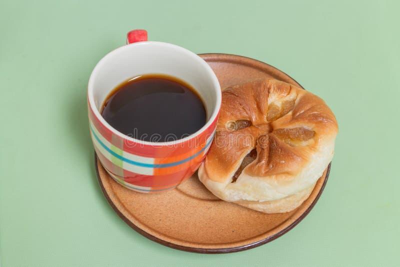 pão do abacaxi no prato marrom com café preto fotos de stock